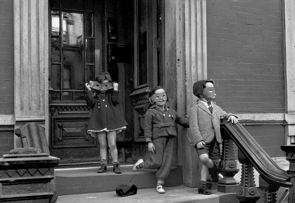 """Helen Levitt """"Enfants masqués"""" New-York, 1940"""