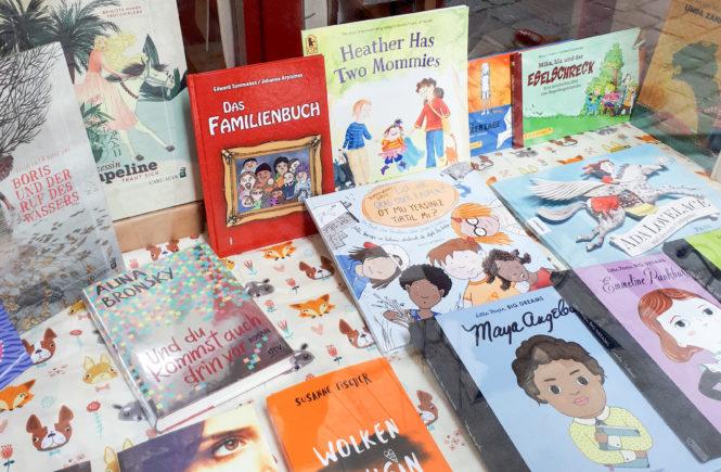 Vitrine librairie féministe et lesbienne Chick Lit à Vienne avec album pour enfant