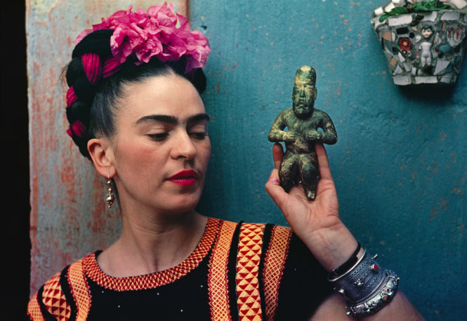 Frida Kahlo avec une figurine Olmec. Photo: Nickolas Muray Photo Archives
