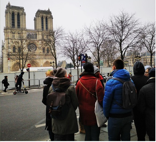 Groupe de personnes assistant à la visite privée sur les femmes révolutionnaires en anglais à proximité de la cathédrale Notre-Dame-de-Paris en travaux